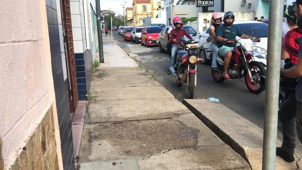 Jovem foi baleado assim que saiu de uma pensão no Centro de Teresina.  — Foto: Lorena Linhares/G1