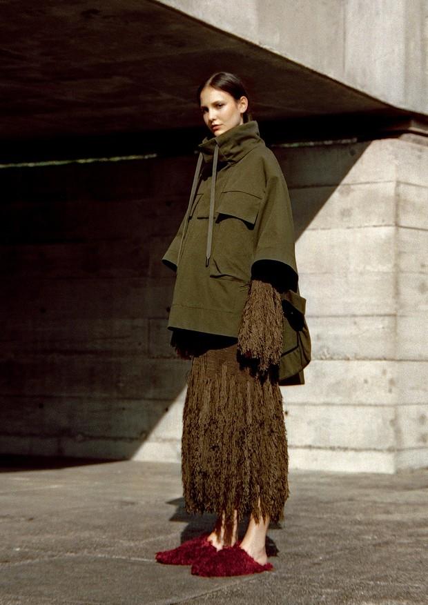 Em clique no Museu Brasileiro da Escultura (MuBE), que preparou duas exposições com temática sustentável para 2018, casaco usado sobre vestido e mules (R$ 1.297), tudo da coleção ASAP da Osklen, que será desfilada este mês (Foto: Thomas Tebet)