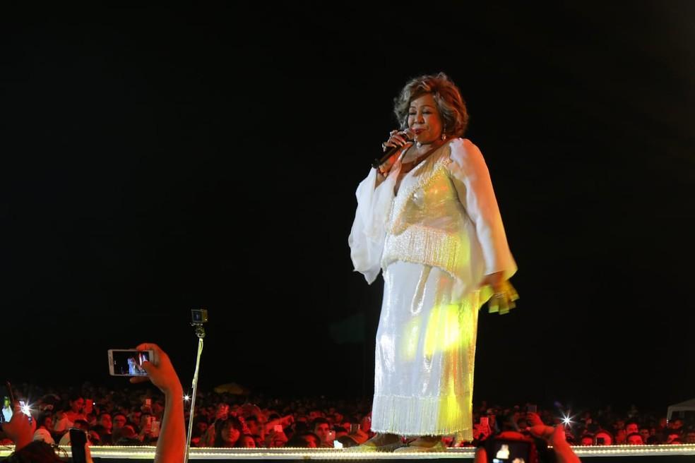 Alcione faz show no Aterro da Praia de Iracema, no réveillon de Fortaleza. — Foto: Helene Santos/ Diário do Nordeste