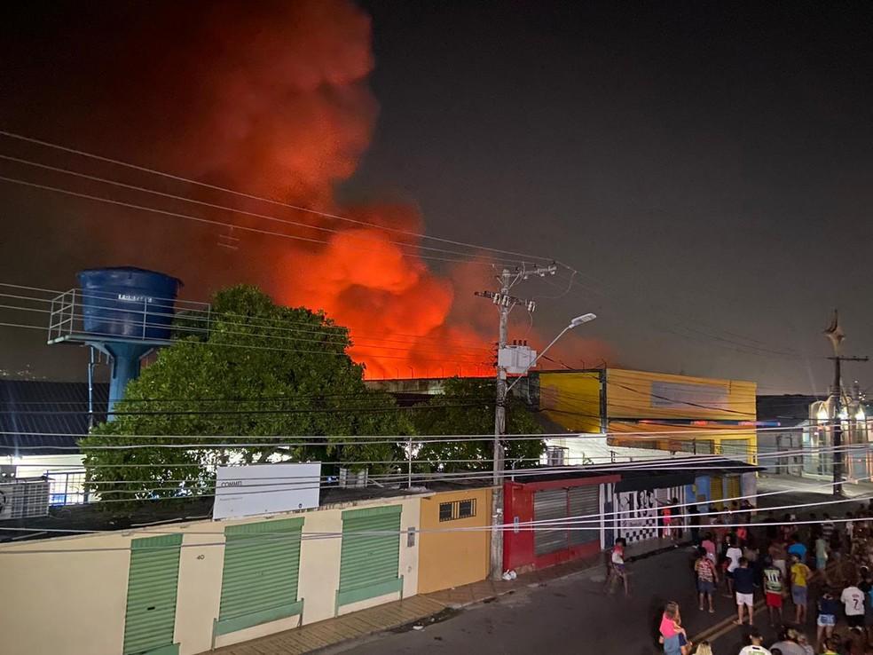 Incêndio atinge prédio na Compensa, em Manaus — Foto: Patrick Marques/G1 AM