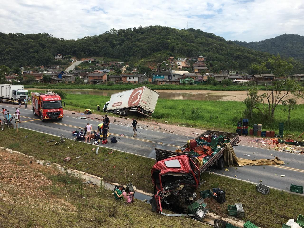 Acidente entre caminhões deixa feridos e complica trânsito na BR-470 em Gaspar