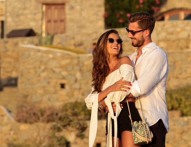 Photo © 2018 Splash News/The Grosby GroupEXCLUSIVEMykonos, July 06, 2018She began dating Kevin Trapp in 2015 after they met in Paris.And on Thursday, Izabel Goulart revealed to her Instagram followers that the professional soccer player popped the q (Foto: Splash News/The Grosby Group)