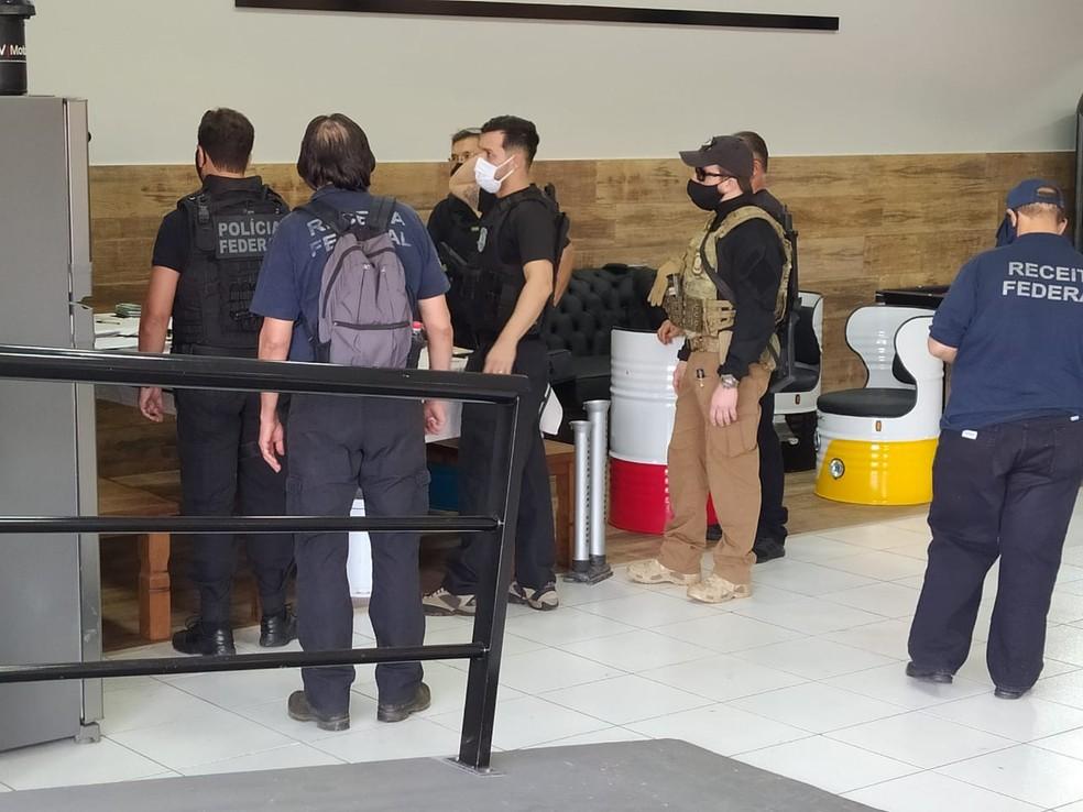 Polícia Federal e Receita Federal em imóvel da organização criminosa, em Campo Grande — Foto: Chico Gomes/TV Morena