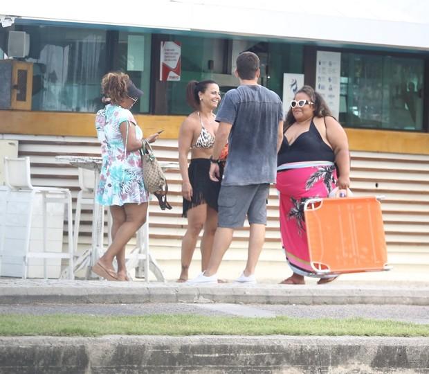 Viviane Araujo com amigos no Recreio dos Bandeirantes no Rio de Janeiro (Foto: AgNews)