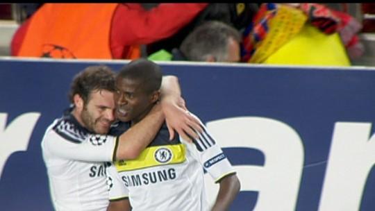 """Na torcida pelo Chelsea, Ramires relembra golaço no Barça: """"Me eternizou na história"""""""