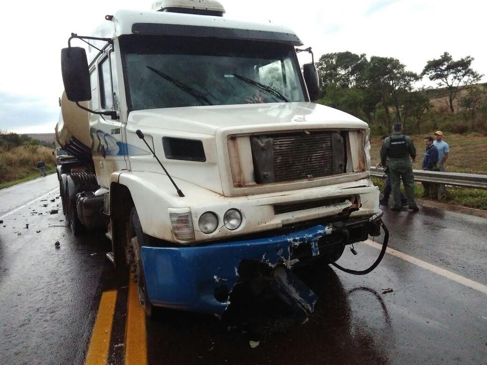 Caminhão bitrem trafegava no sentido contrário da rodovia. (Foto: Rafael Silvestrin/Divulgação)