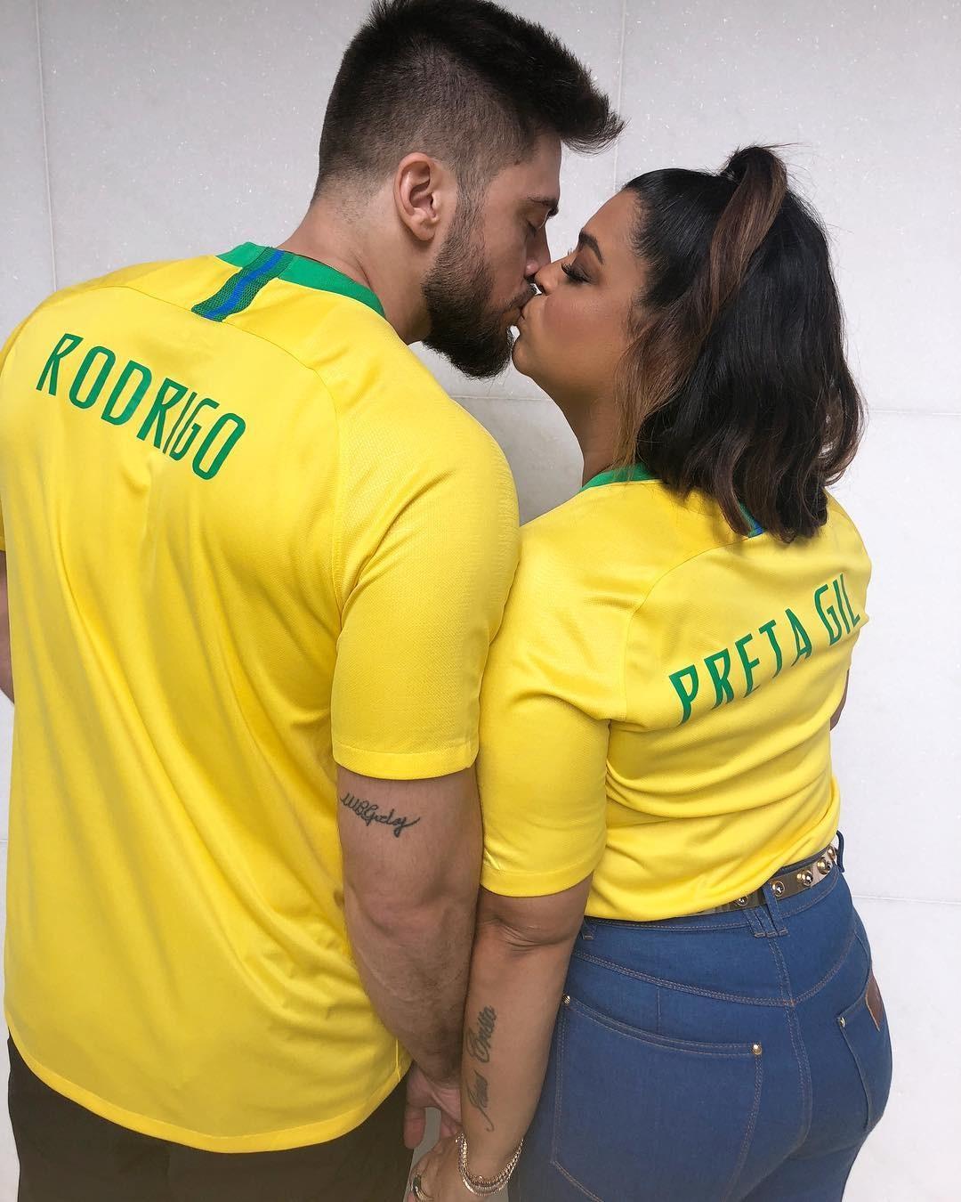 Preta Gil e Rodrigo Godoy: Prontos pra torcer e para cantar (Foto: Reprodução/Instagram)