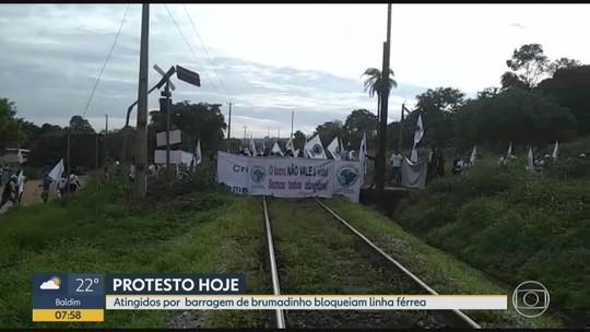 Atingidos por rompimento de barragem da Vale fecham linha de trem em protesto na Grande BH