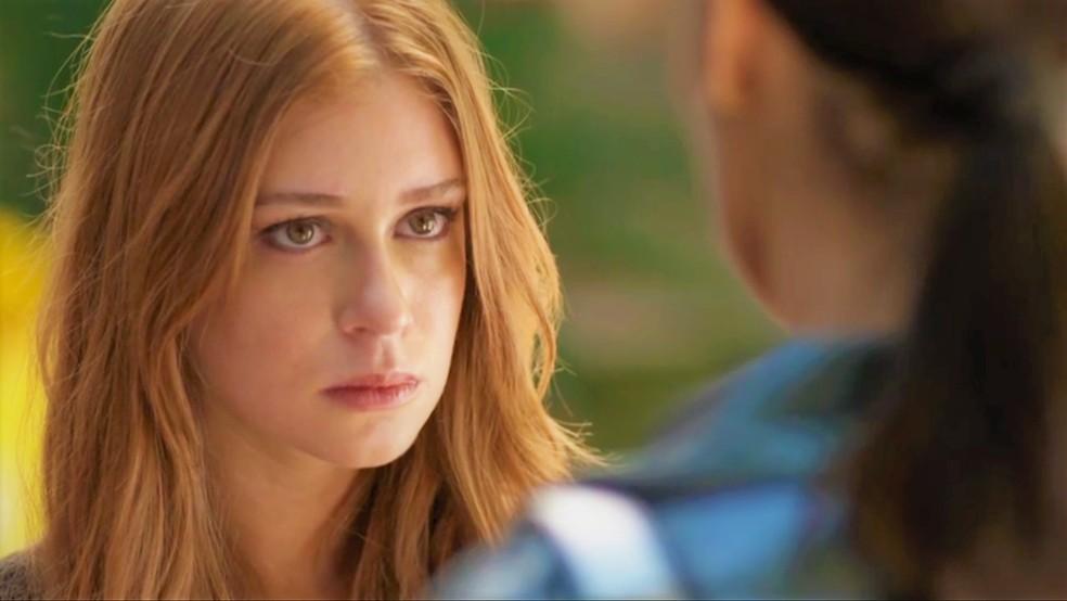 Eliza (Marina Ruy Barbosa) fica chateada com o que ouve de Carolina (Juliana Paes) — Foto: TV Globo