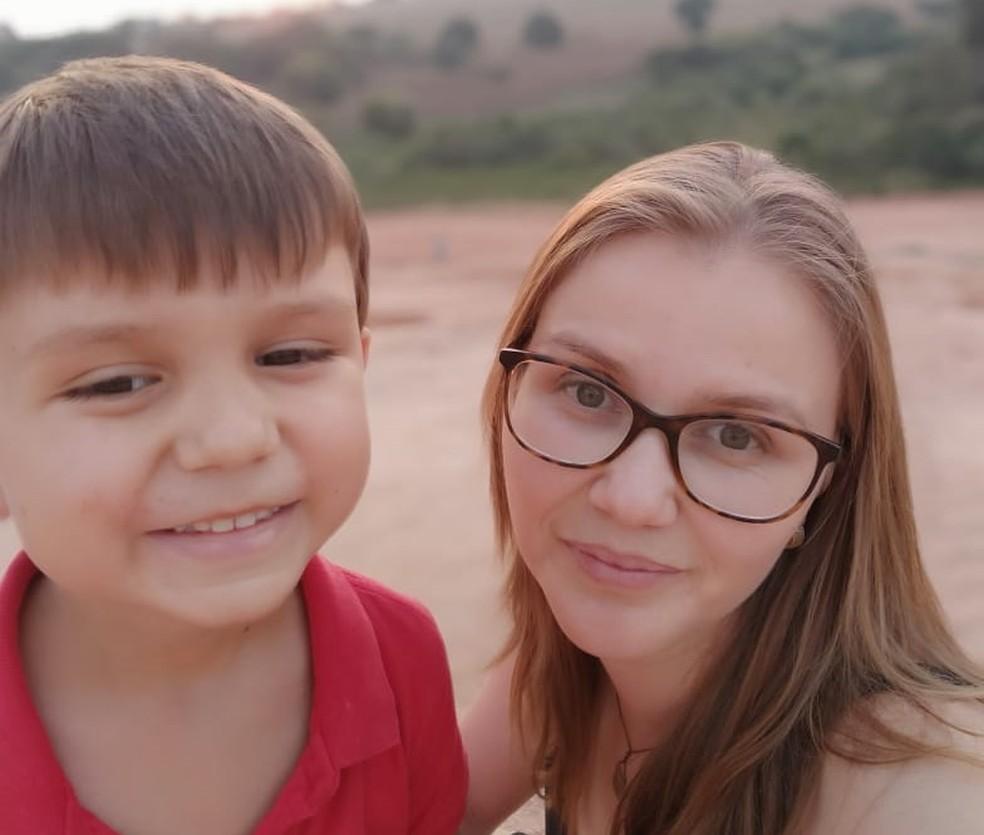 Francisco e a mãe Tatini foram surpreendidos com uma jararaca dentro do carro em Guaxupé (MG) — Foto: Tatiani Cristina Silva Cruvinel/arquivo pessoal