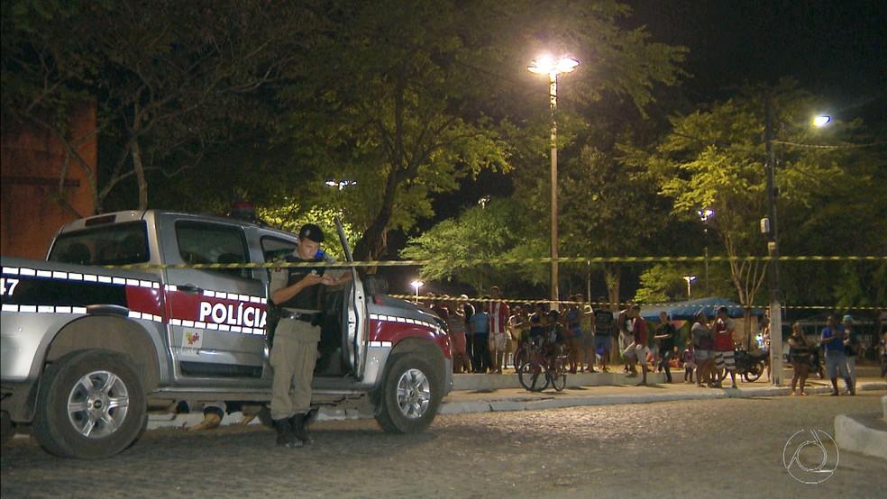 Jovem foi morto a tiros na praça do Tibiri na noite de terça-feira (21) (Foto: Reprodução/TV Cabo Branco)
