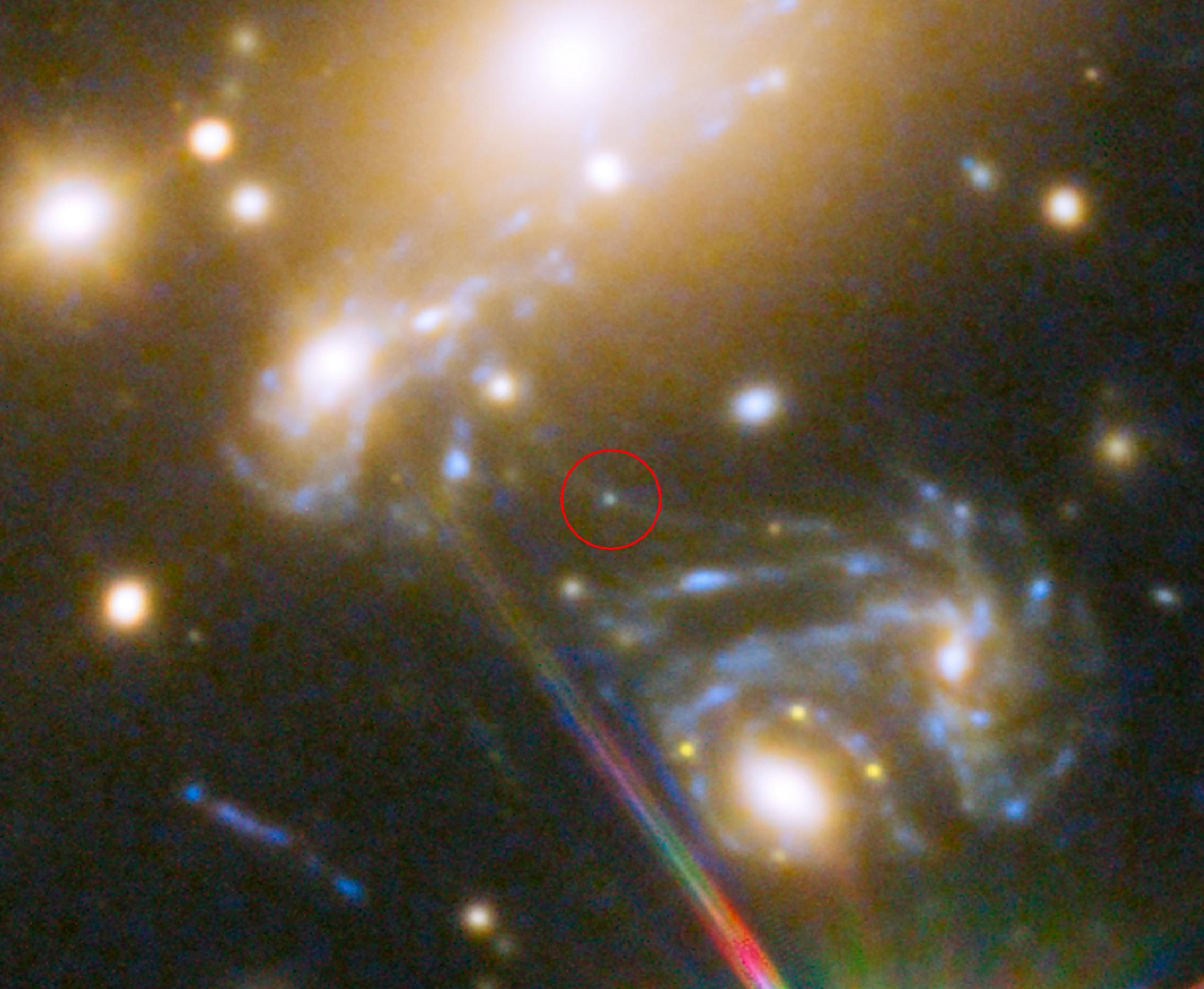 Imagem feita pelo telescópio Hubble mostra localização da estrela LS1 dentro do gigantesco aglomerado de galáxias MACS J1149.5+223 (Foto: NASA, ESA, S. Rodney (John Hopkins University, USA) e equipe FrontierSN; T. Treu (University of California Los Angeles, USA), P. Kelly (University of California Berkeley, USA) e equipe GLASS; J. Lotz (STScI) e equipe Frontier Fields; M. Postman (STScI) e equipe CLASH; and Z. Levay (STScI))