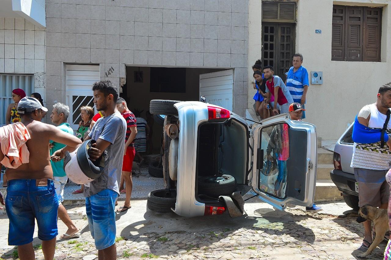 Motorista perde controle do carro e tomba após invadir garagem de residência em Crato, no Ceará