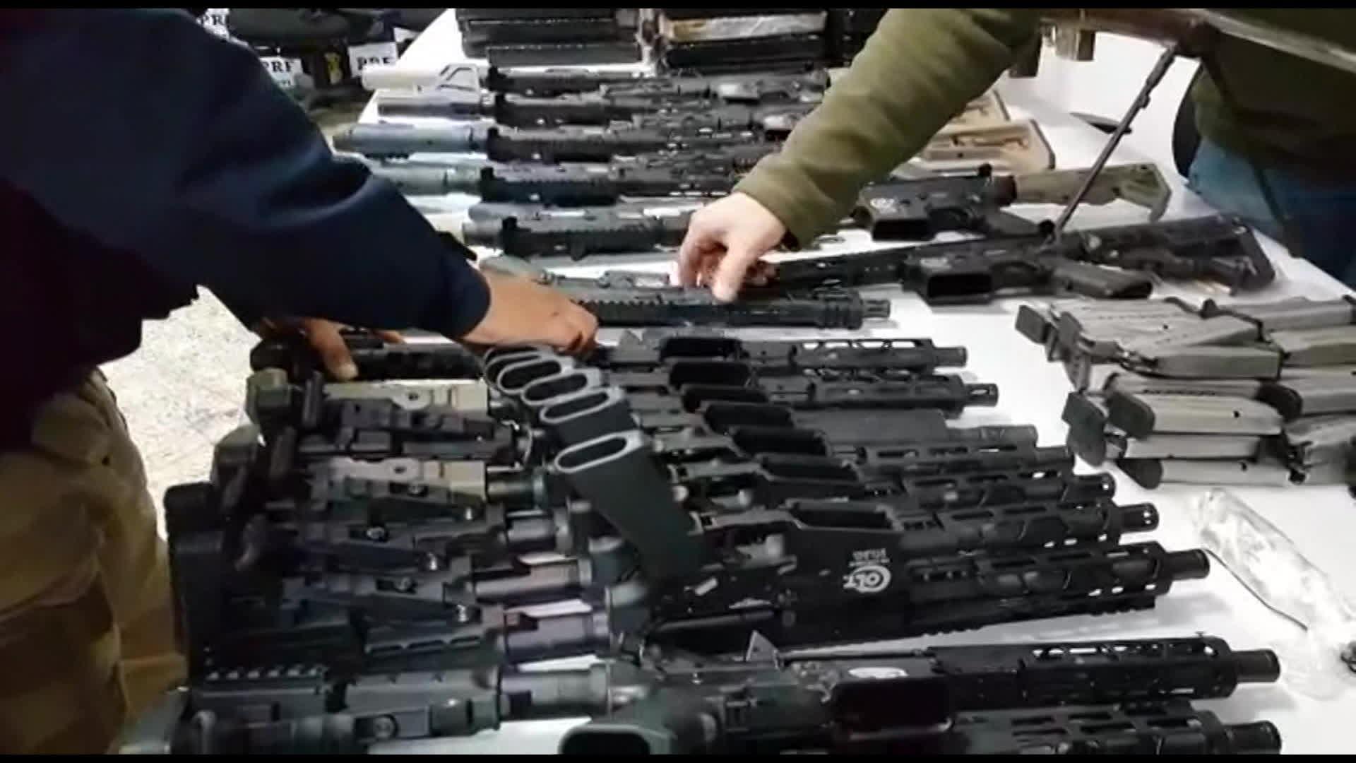 PRF apreende carregamento de fuzil que estava sendo levado para o Complexo da Maré, Zona Norte do Rio