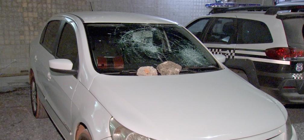 Os passageiros saíram, mas apedrejaram o carro da vítima — Foto: TV Centro América