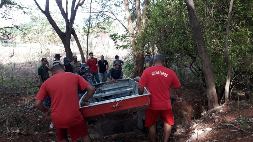 Bombeiros e policiais fazem buscas às margens de rio — Foto: Emerson Sanchez/TV Centro América