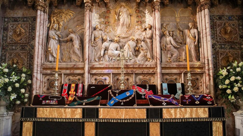 Condecorações de príncipe Philip são colocadas dentro da Capela de São Jorge, onde o duque de Edimburgo é velado em 17 de abril de 2021 — Foto: Steve Parsons/Reuters