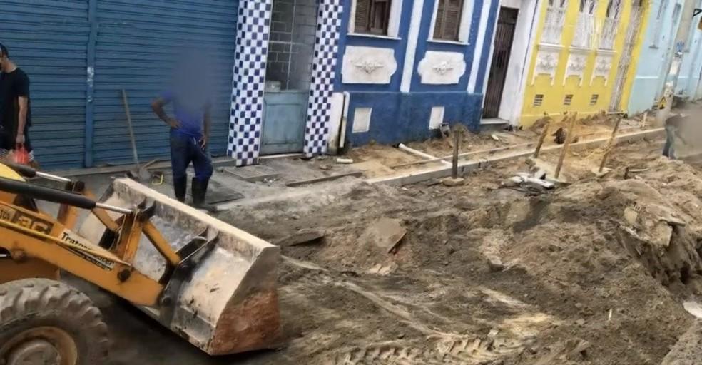 Moradores de bairro em Salvador relatam que grupo disfarçado de operário invadiu obra e roubou fios de cobre — Foto: Reprodução/TV Bahia