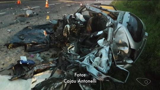 Motorista morre após bater em caminhão e carro pegar fogo na BR-101 em Iconha, ES