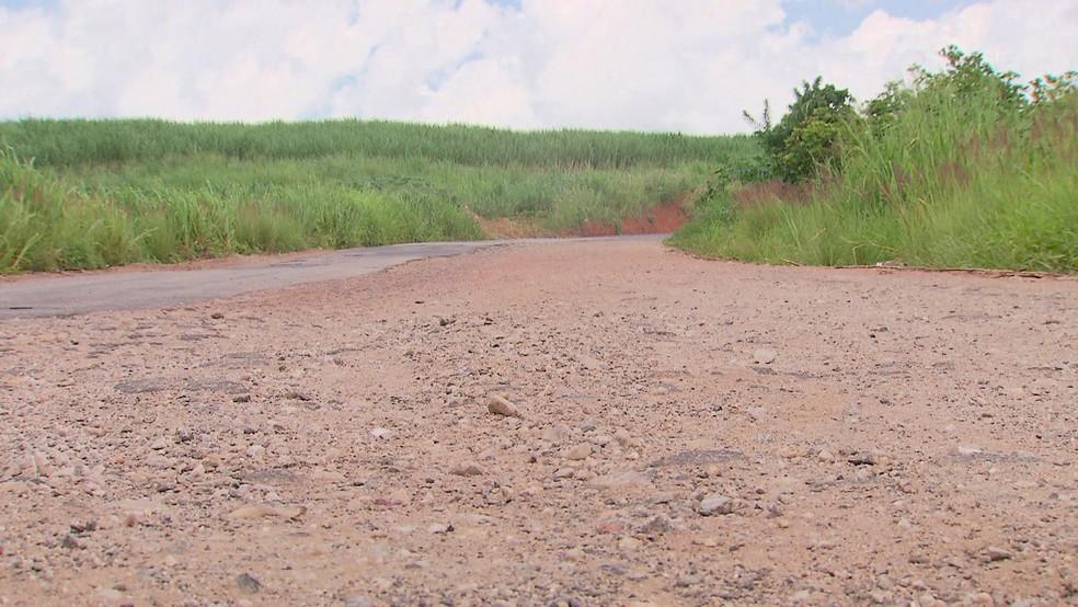 Em algumas áreas, areia e pedras substituem asfalto na PE-75, entre Goiana e Itambé, em Pernambuco (Foto: Reprodução/TV Globo)