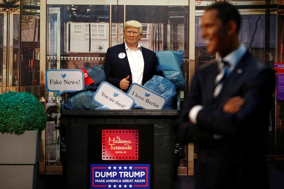 Estátua de cera de Trump é colocada em uma lixeira ao lado da representação do ex-presidente Barack Obama, no Madame Tussauds, em Berlim — Foto: Michele Tantussi/Reuters