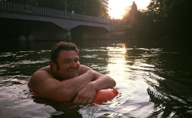 Benjamin David nadando no rio Isar
