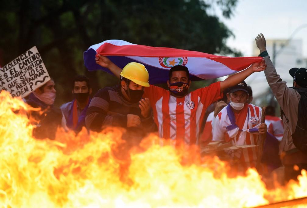 Manifestantes fazem barricadas em Assunção em protesto pela saída do presidente do Paraguai, Mario Abdo, nesta quarta-feira (17) — Foto: Daniel Duarte/AFP