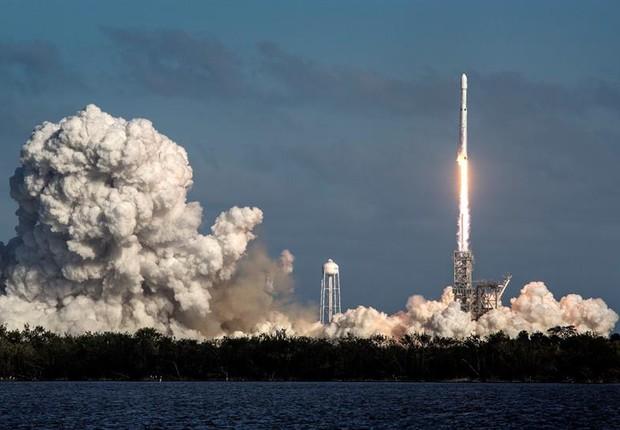 Lançamento do Falcon Heavy, da SpaceX, que levou um carro ao espaço (Foto: e)