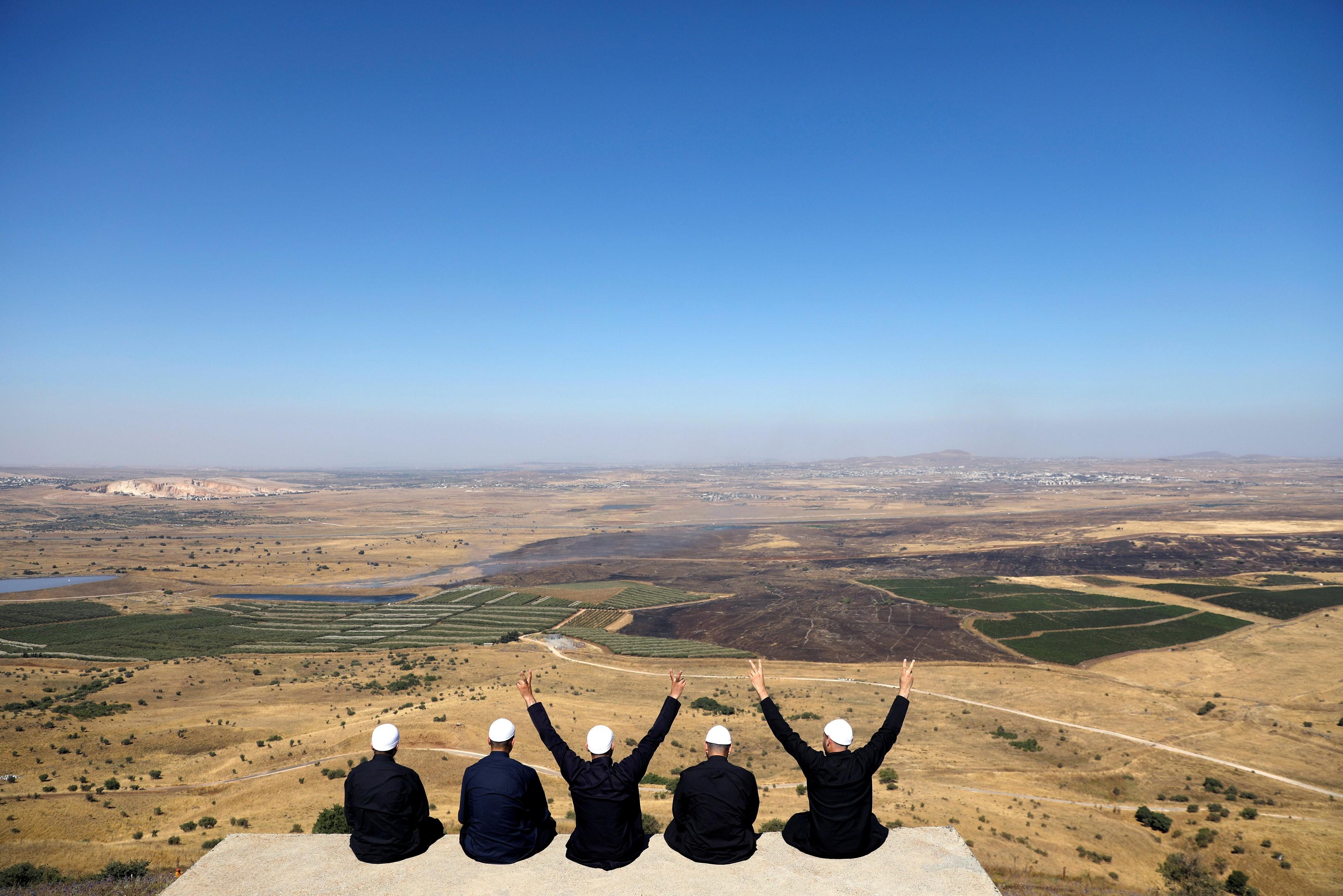Nas Colinas de Golã, drusos no lado ocupado por Israel olham para o território sírio