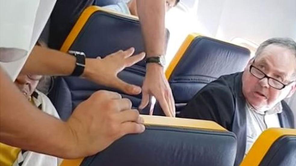Homem foi repreendido por funcionários da Ryanair, mas só depois de vários minutos de gritos — Foto: Facebook/David Lawrence/BBC