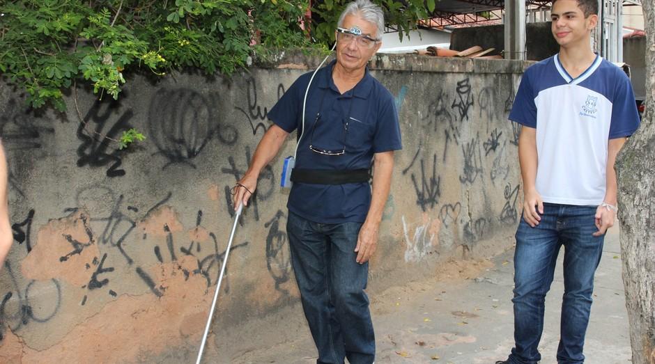 Flavio Viana levou o Óculos Sonar para a Associação Macaense de Apoio aos Cegos (Foto: Divulgação)