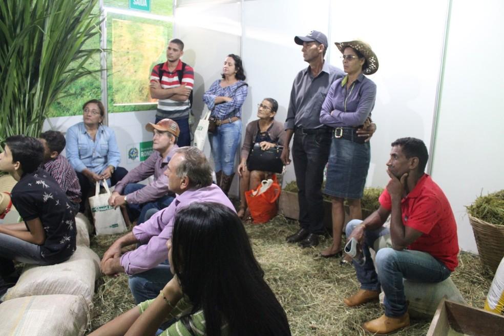 Produtores durante visita às salas.  — Foto: Mary Porfiro/Rede Amazônica