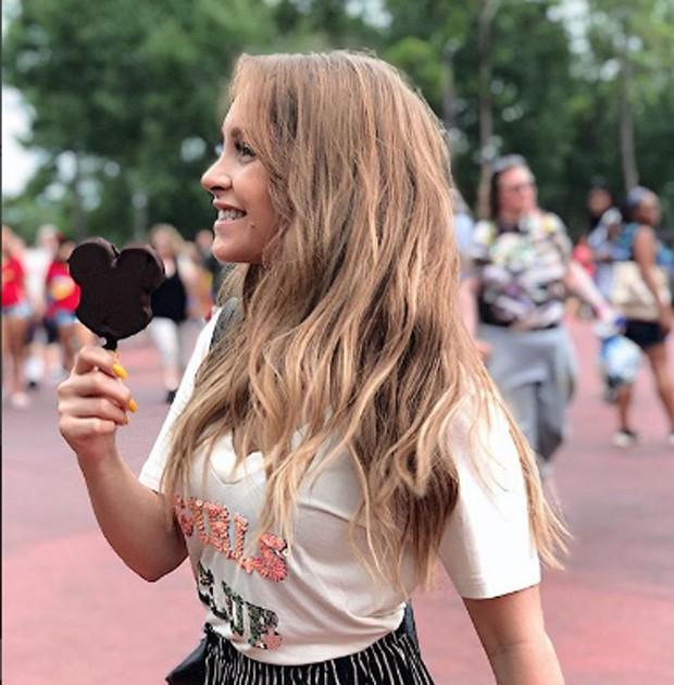 Carla Diaz saboreia sorvete do Mickey (Foto: Reprodução/Instagram)