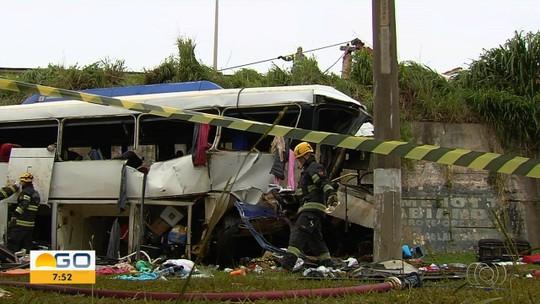 Polícia ouve passageiros de ônibus que caiu de viaduto e deixou dois mortos na BR-153, em Goiânia