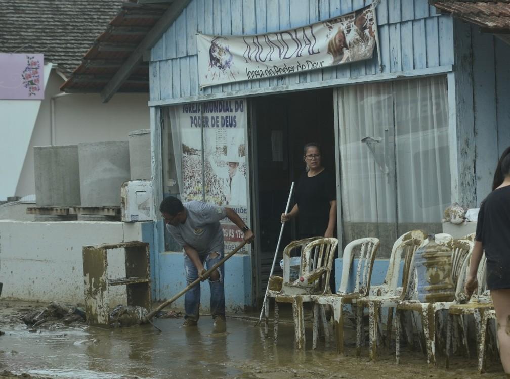 Moradores de Presidente Getúlio ainda contabilizam os estragos causados pelo temporal. Imagem mostra destruição nesta quinta-feira (17) — Foto: Maurício Cattani/NSC TV