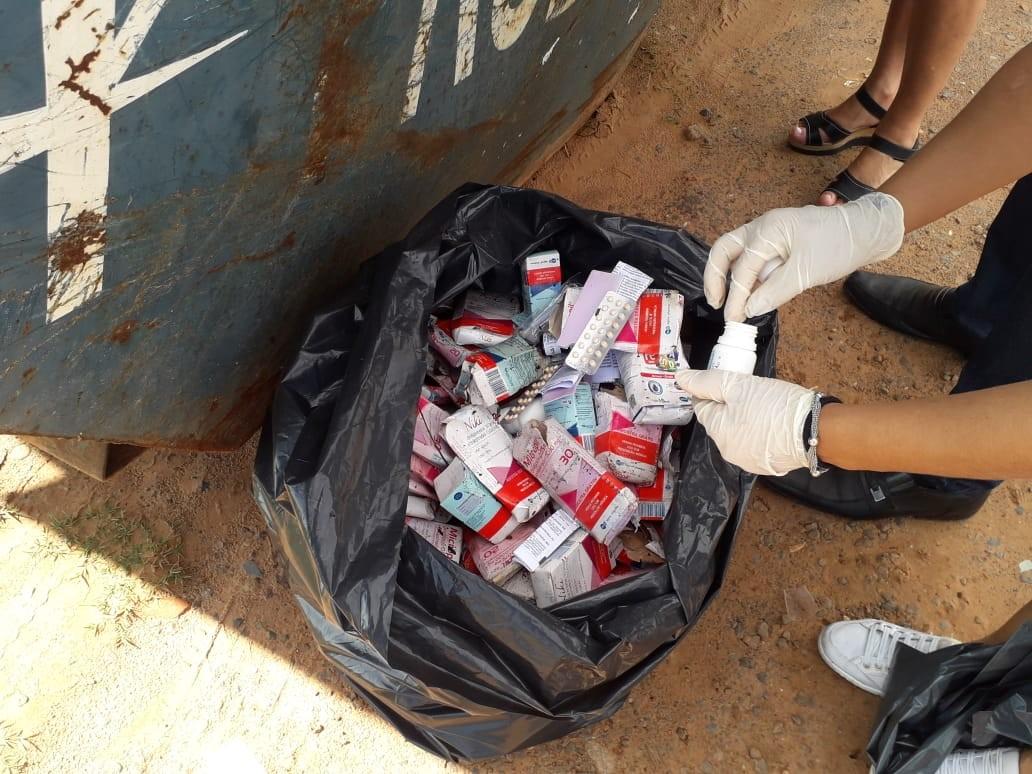 Medicamentos são descartados de forma irregular em caçamba no bairro Terras de Imoplan - Noticias