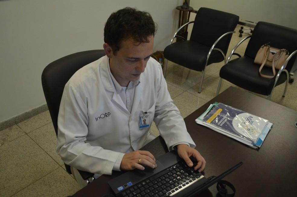 André queria se tornar médicos e posteriormente decidiu fazer carreira com cuidados paliativos (Foto: LG Rodrigues / G1)