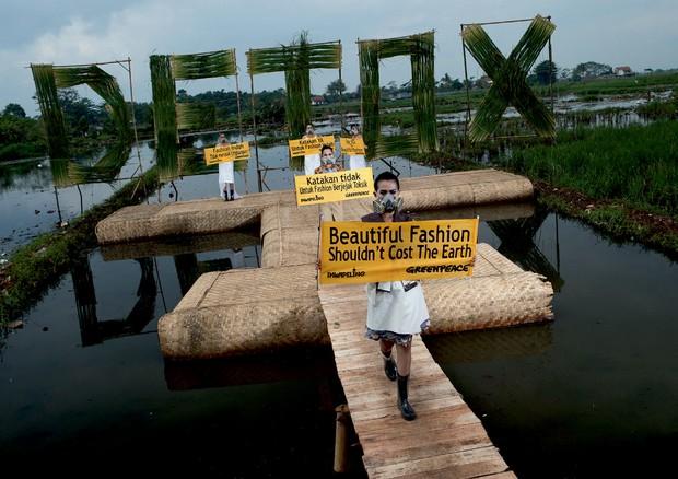Foto da passeata Detox Catwalk (2016), do Greenpeace, em Bandung, na Indonésia (Foto: Divulgação, Hati Kecil Visuals (Greenpeace), Polly Penrose (Flock & Fold))