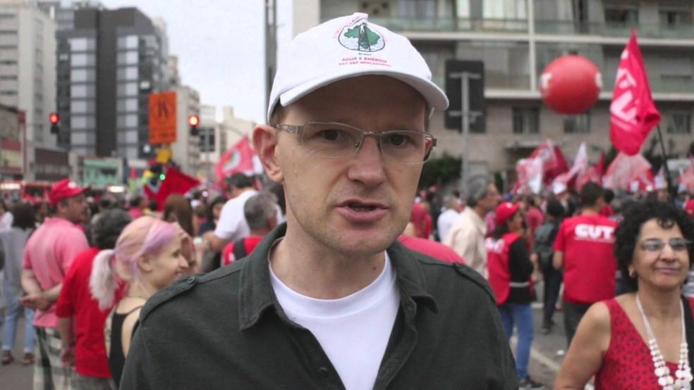 Gilberto Cervinski em ato na rua representando o MAB (Foto: Joka Madruga/MAB)