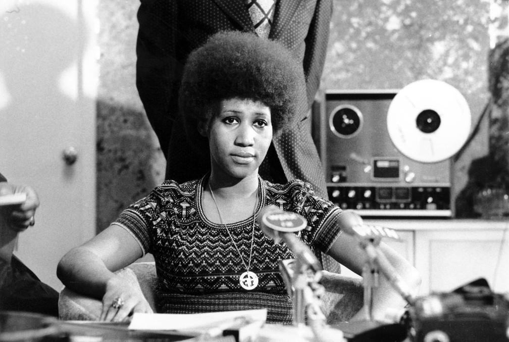 Ícone do soul e do R&B, Aretha Franklin fala a repórteres em uma coletiva de imprensa em março de 1973, um dia depois de seu aniversário de 31 anos (Foto: AP/Arquivo)