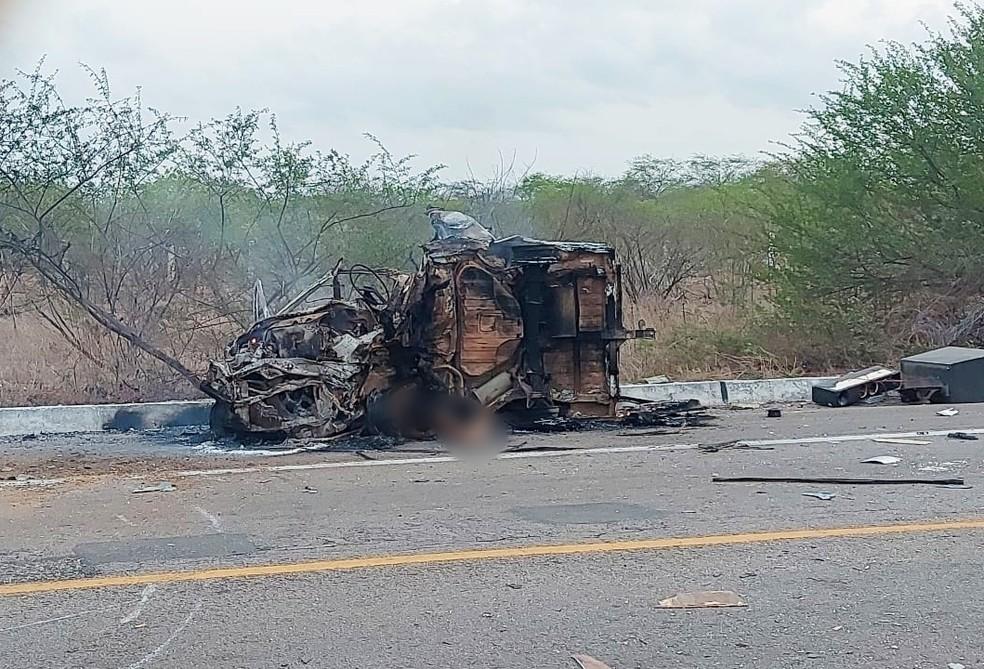 Carro pegou fogo após colisão na BR-304, no RN. Motorista morreu no local. — Foto: Redes sociais