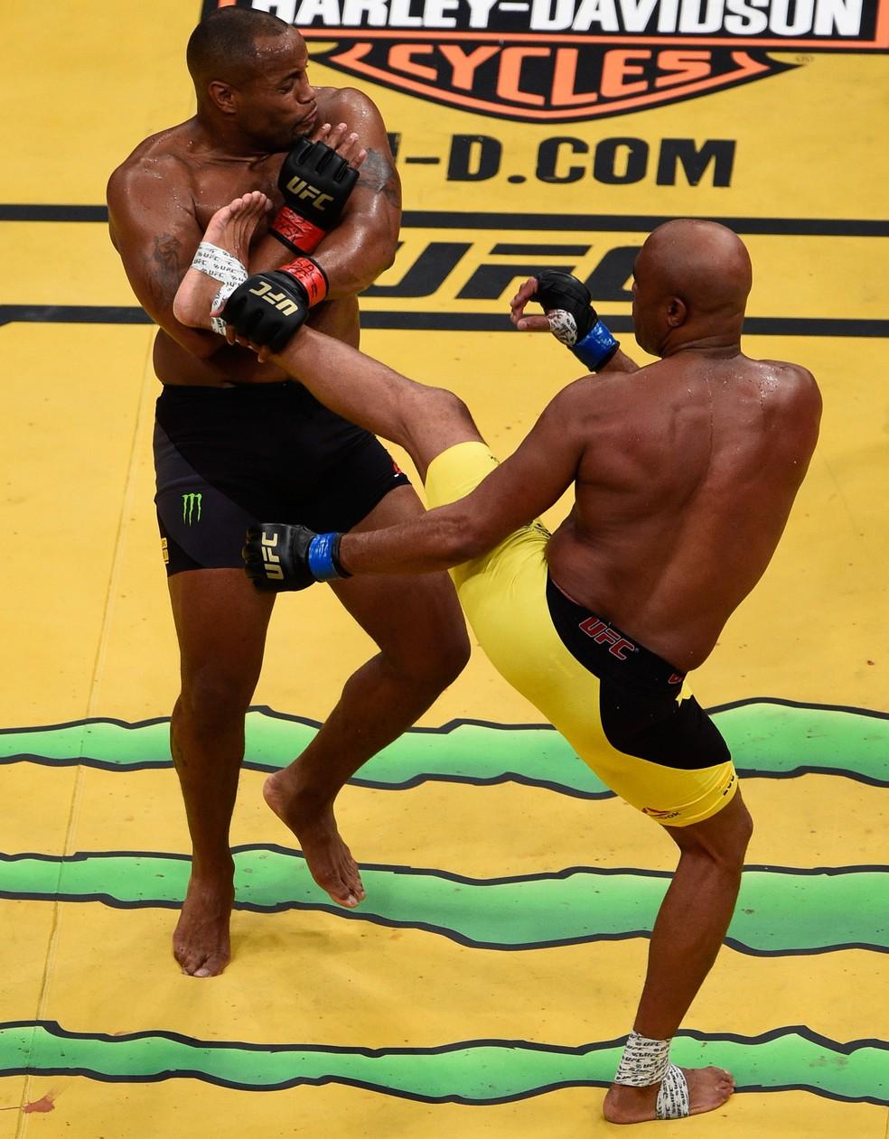 Anderson Silva acerta um chute no corpo de Daniel Cormier — Foto: Getty Images
