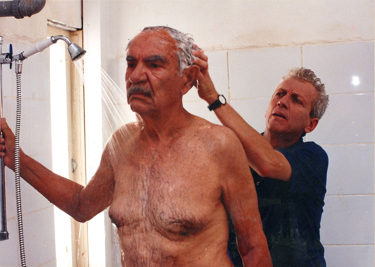 O desafio da hora do banho para pacientes com demência