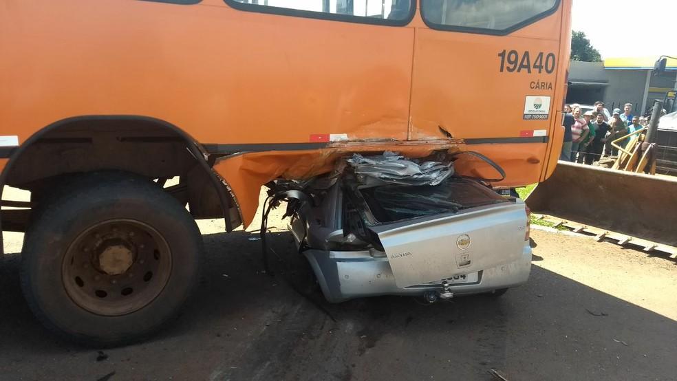 No ônibus estavam o motorista e a mulher dele, que não se feriram na batida no trevo da PR-323, em Doutor Camargo. (Foto: João Dutra/RPC)
