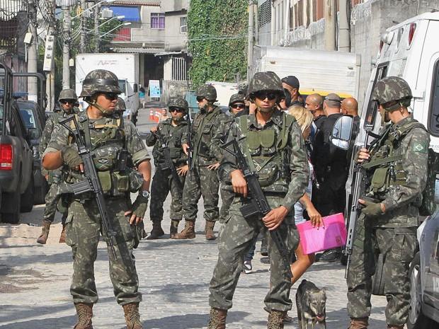 Soldados do Exército na comunidade da Maré (Foto: Carlos Moraes/Agência O Dia/Estadão Conteúdo)