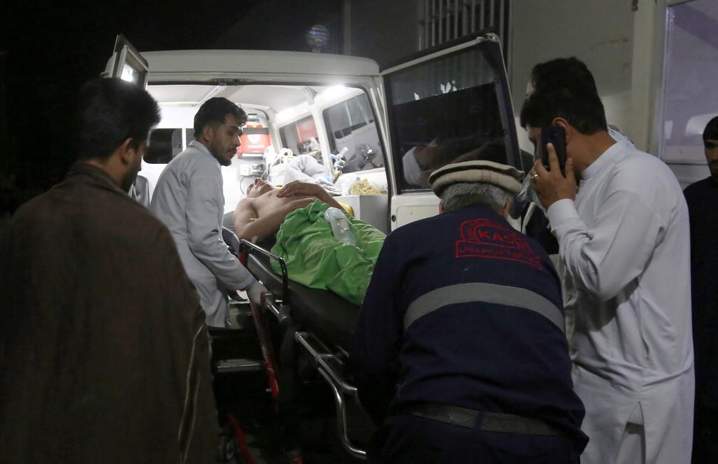 Homem é levado para o hospital após explosão durante festa de casamento em Cabul, no Afeganistão — Foto: AP Photo/Nishanuddin Khan