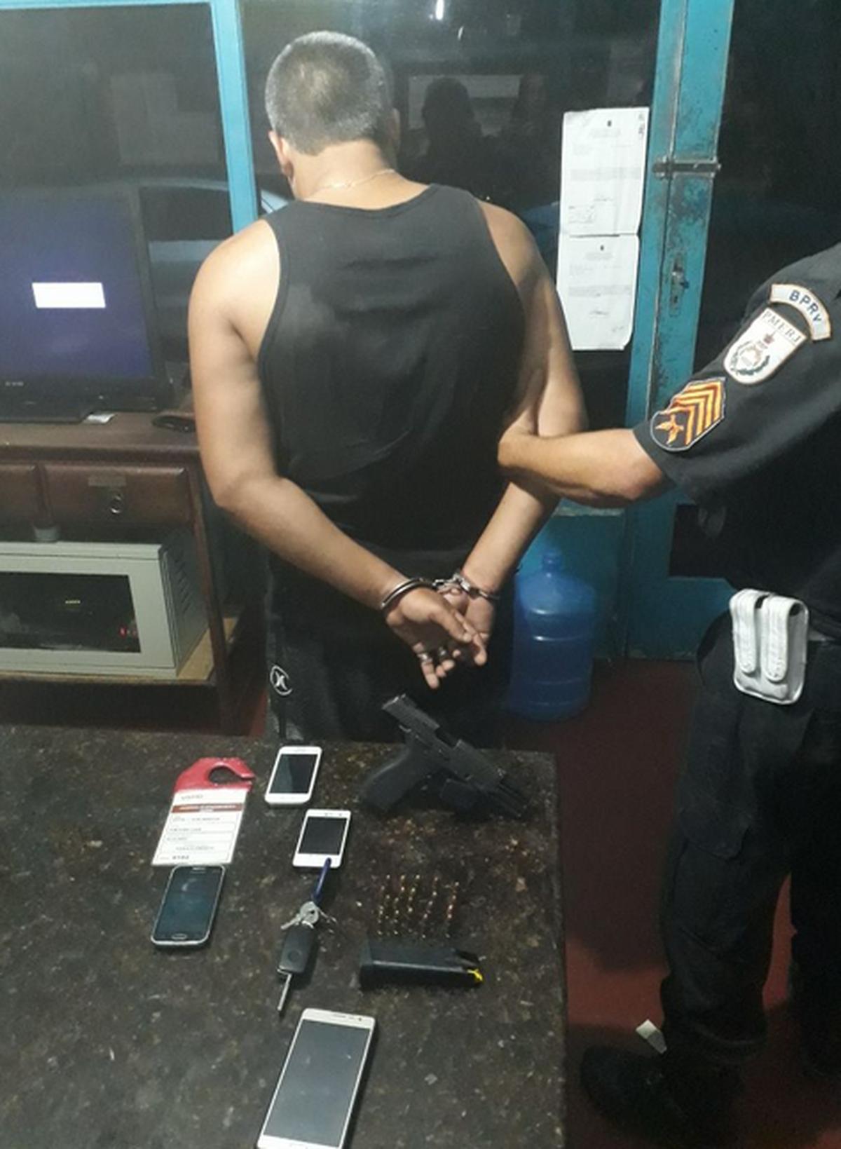 Homem é detido após troca de tiros com a Polícia Rodoviária Estadual na RJ-118, em Saquarema