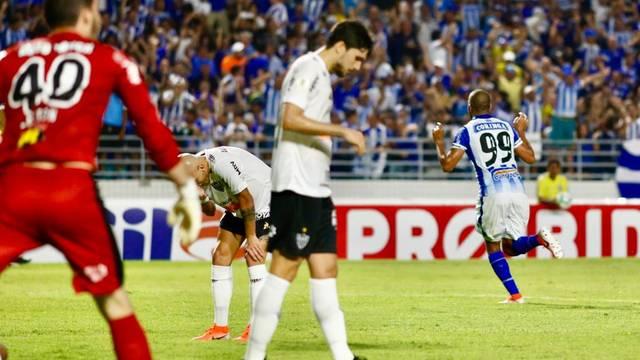 Alecsandro comemora gol no ex-clube