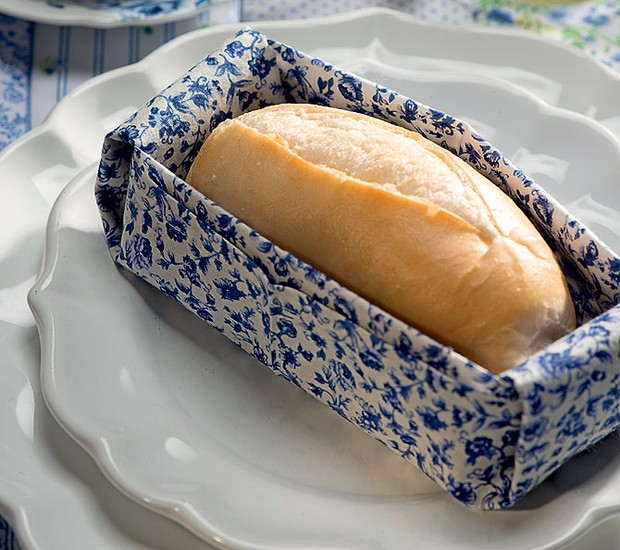 Com tecido mais estruturado, o guardanapo vira uma cestinha para o pão. Um mimo para os convidados (Foto: Iara Venanzi/Casa e Jardim)
