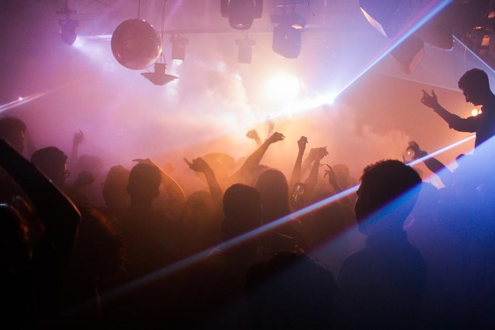 O experimento alemão de 2015 foi feito numa discoteca, mas teve os mesmos resultados — Foto: Unsplash